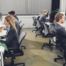 Kvinner og menn sitter og jobber i kontorlandskap. De har glemt å stå på jobben innimellom.